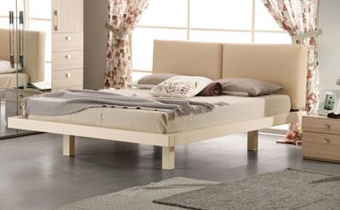 Кремовая кровать