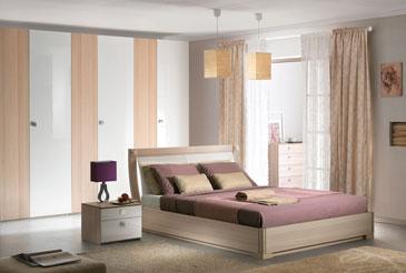 Светлая спальная в декоре ясень с белыми глянцевыми вставками