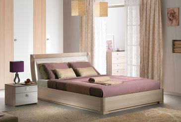 Двуспальная кровать с гнутым изголовьем. Декор основания ясень, изголовье белый глянец.
