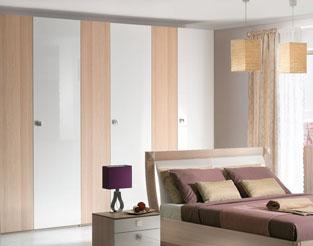 Распашной шкаф с разноширинными фасадами. Декор каркаса ясень, фасады в декоре ясень и белый глянец.