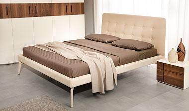 Двуспальная кровать с мягкми изголовьем