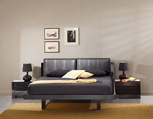 Кровать в чёрном глянце