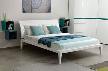белая глянцевая кровать в спальню